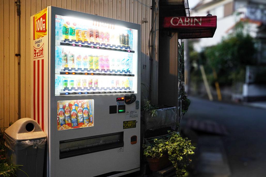 飲み物とたばこの自動販売機がある角を左折