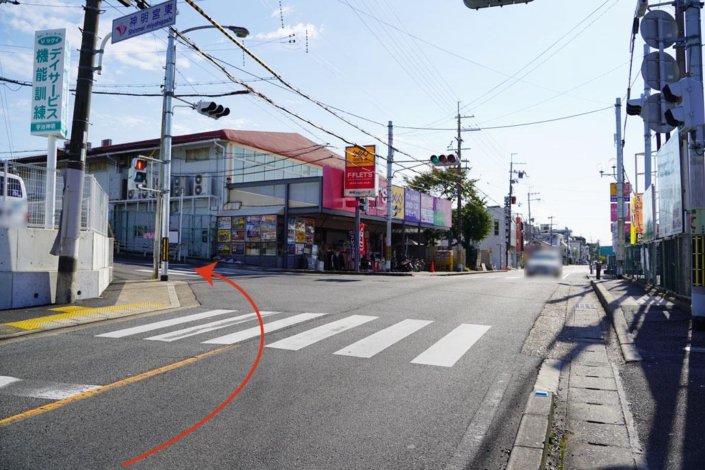 宇治淀線を淀方向に向かって、「GEO(ゲオ)宇治神明店」を左折