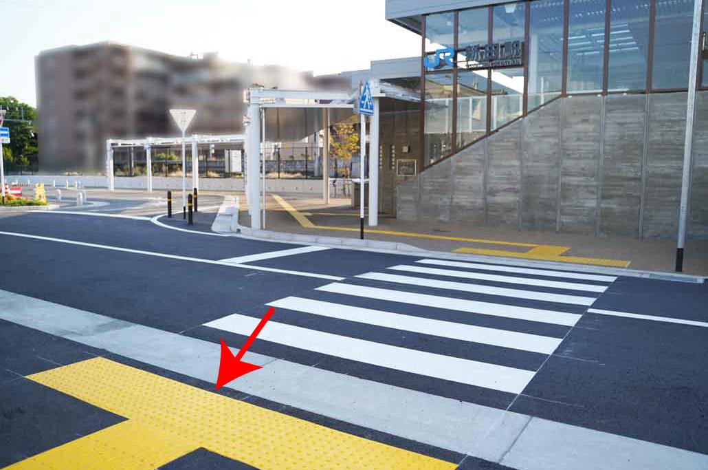 JR新田駅東口側の側道に横断歩道の画像