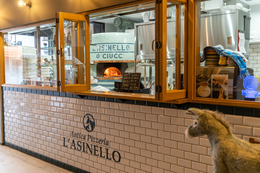 「Antica Pizzeria L'ASINELLO / アンティカ ピッツェリア ラジネッロ」テイクアウト用小窓の画像