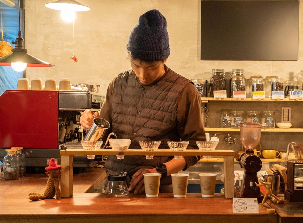 コーヒーを淹れる田辺さんの画像1