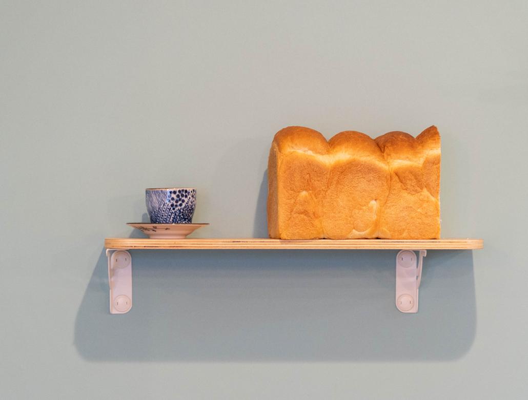 食パンとコーヒーカップの画像