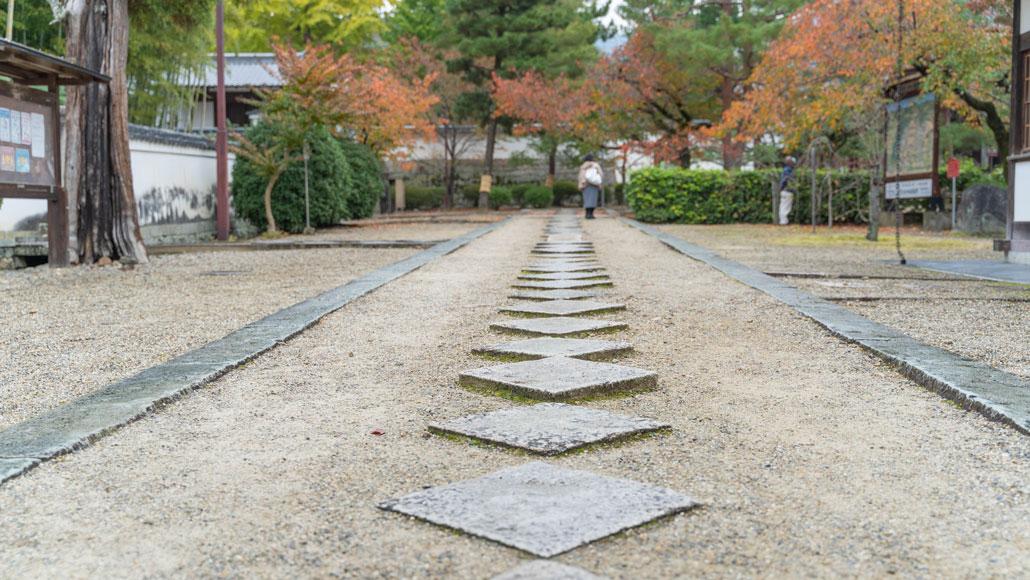 萬福寺の参道に並んだ菱形の石の画像