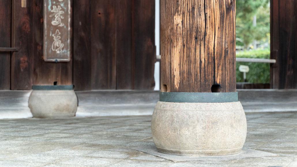 太鼓形の石が支えてる画像