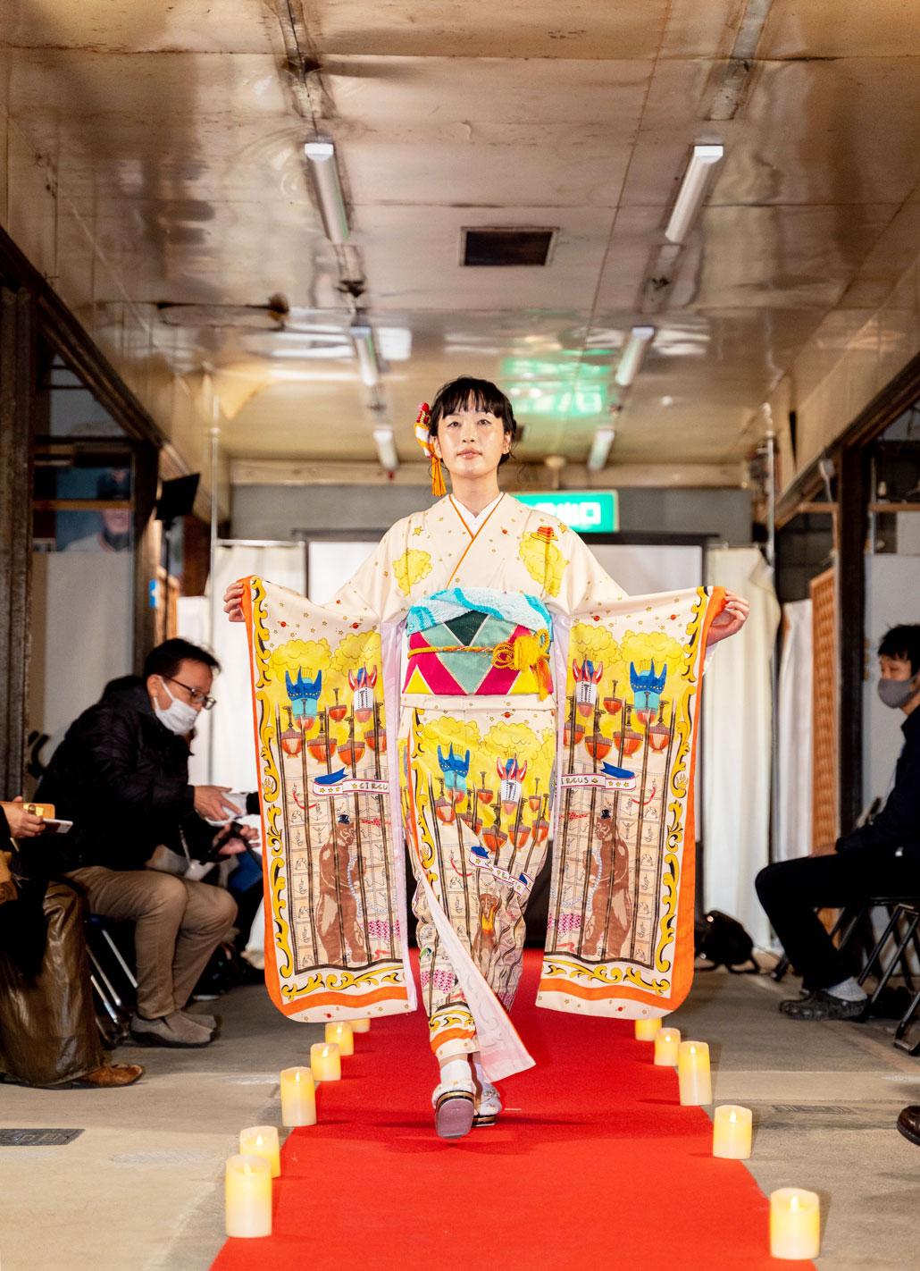 「変化を楽しむキモノショー」柄の着物変化前の画像
