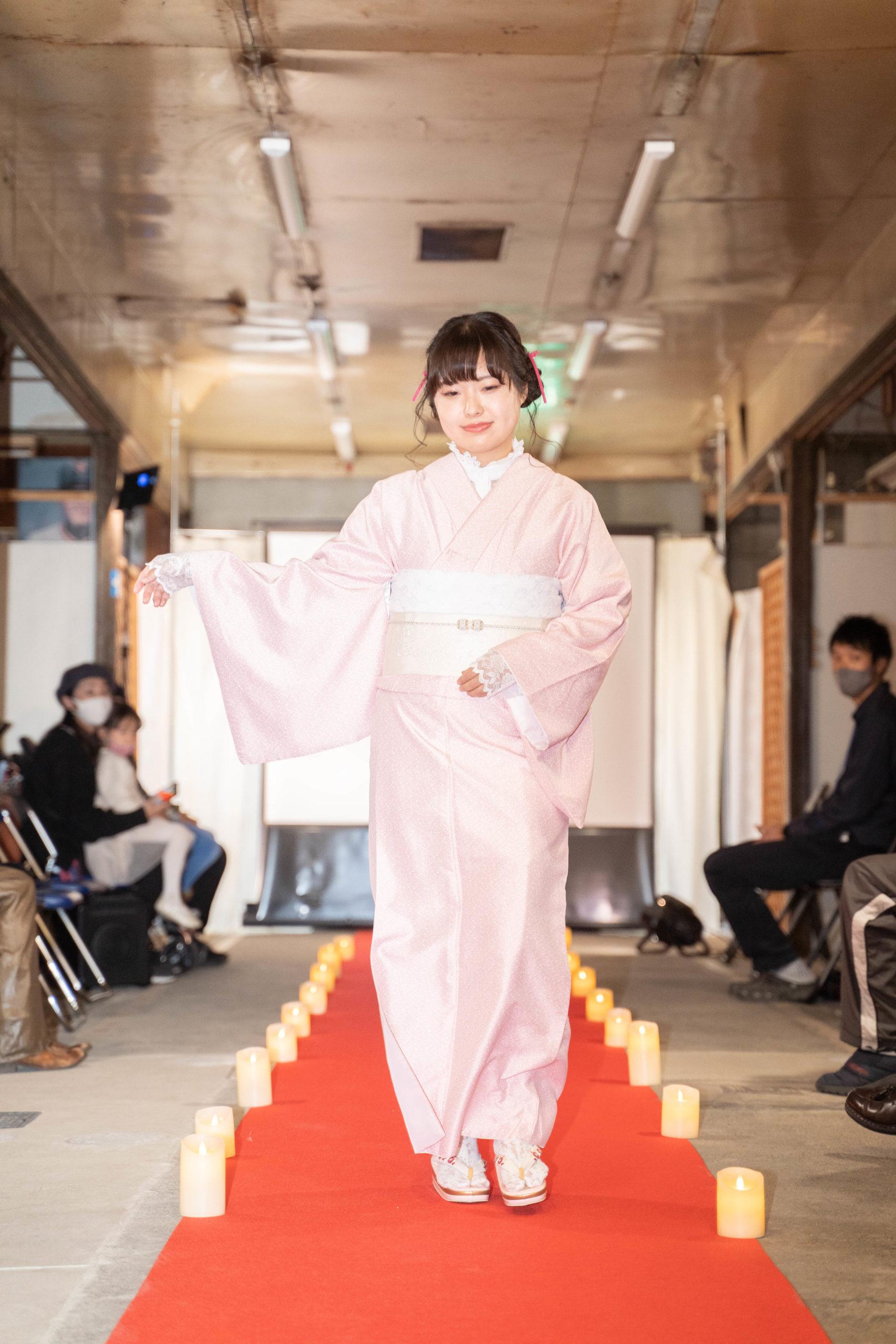 「変化を楽しむキモノショー」ピンクの着物変化前の画像
