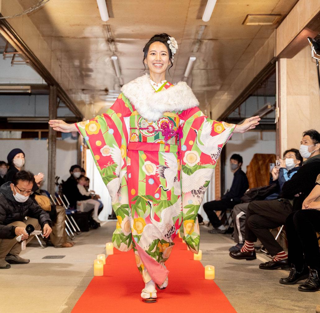 「変化を楽しむキモノショー」華やかな着物×襟巻のコーディネート画像