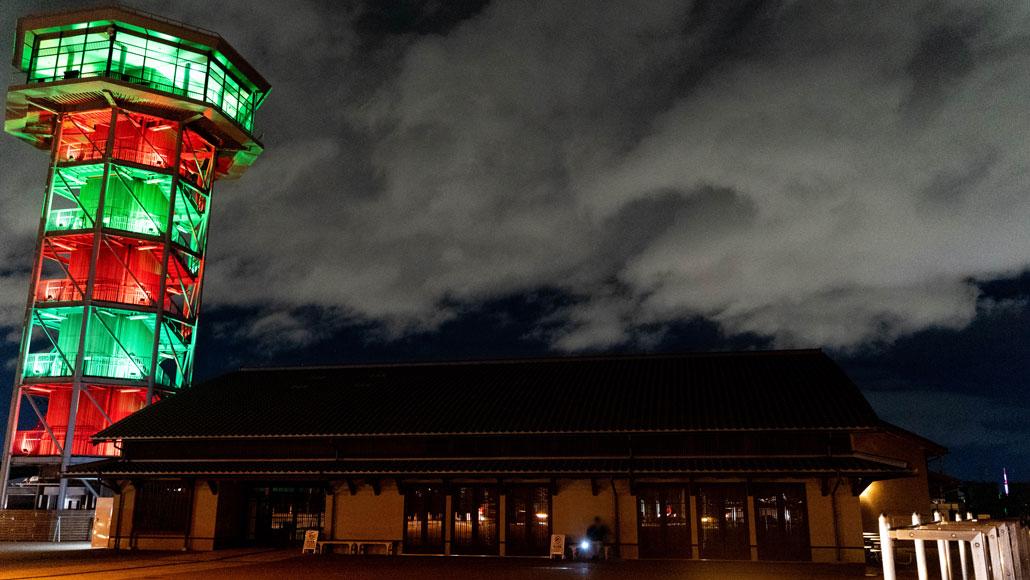 「さくらであい館」展望塔と「くみやま夢タワー137」の画像