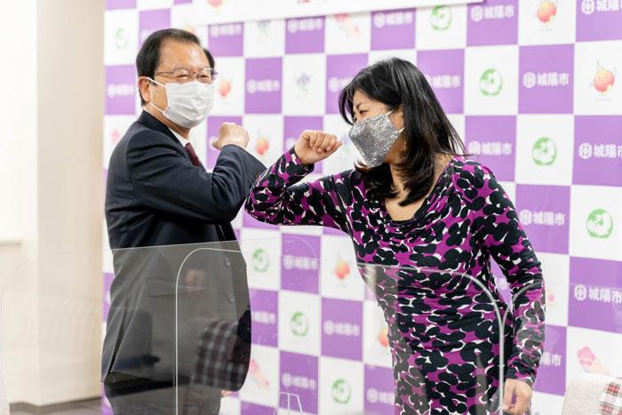 「奥田市長と握手代わりの肘タッチ」の画像