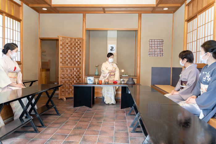 宇治市営茶室「対鳳庵」立礼席の画像