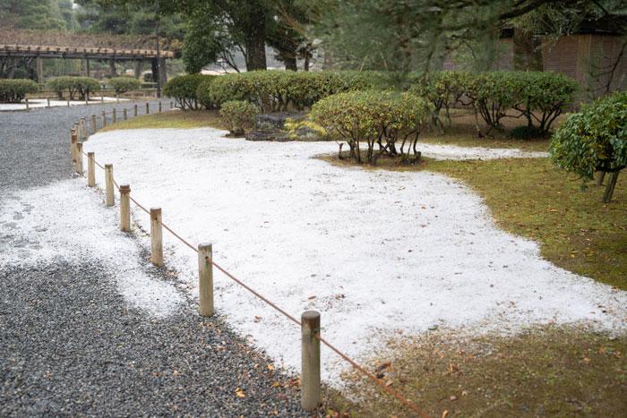 雪が積もった平等院の入口付近の画像