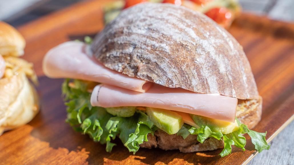 カンパーニュのアボカドハムチーズクラブサンドの画像