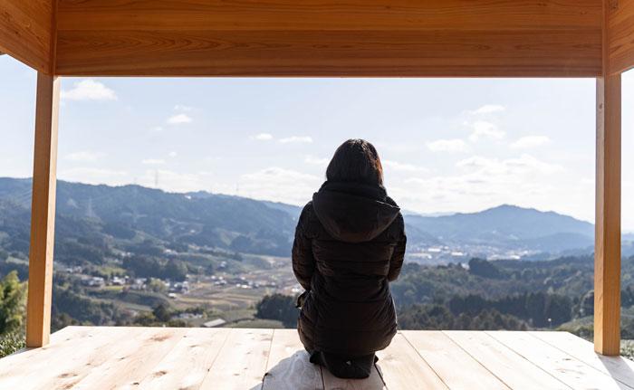 和束茶おもてなし茶室から景色を眺めている画像