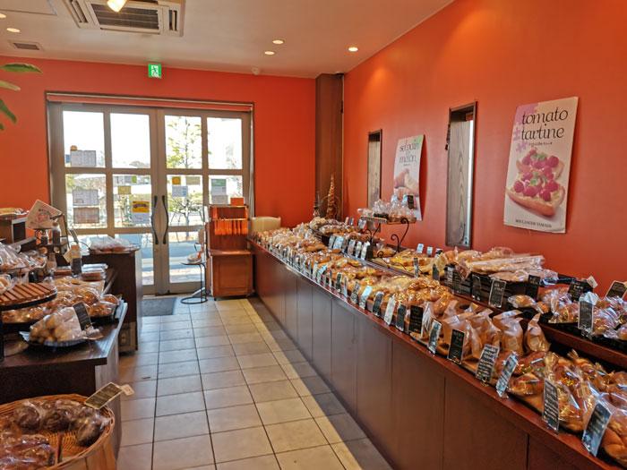 「ブーランジェ ヤマダ」店内画像(パンのコーナー)