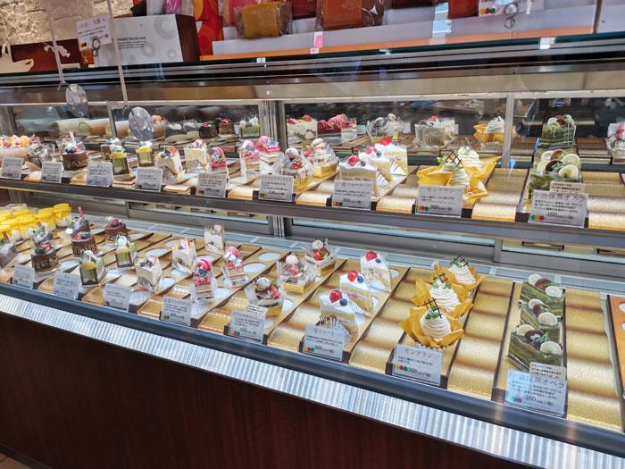 「ブーランジェ ヤマダ」店内画像(ケーキのコーナー)