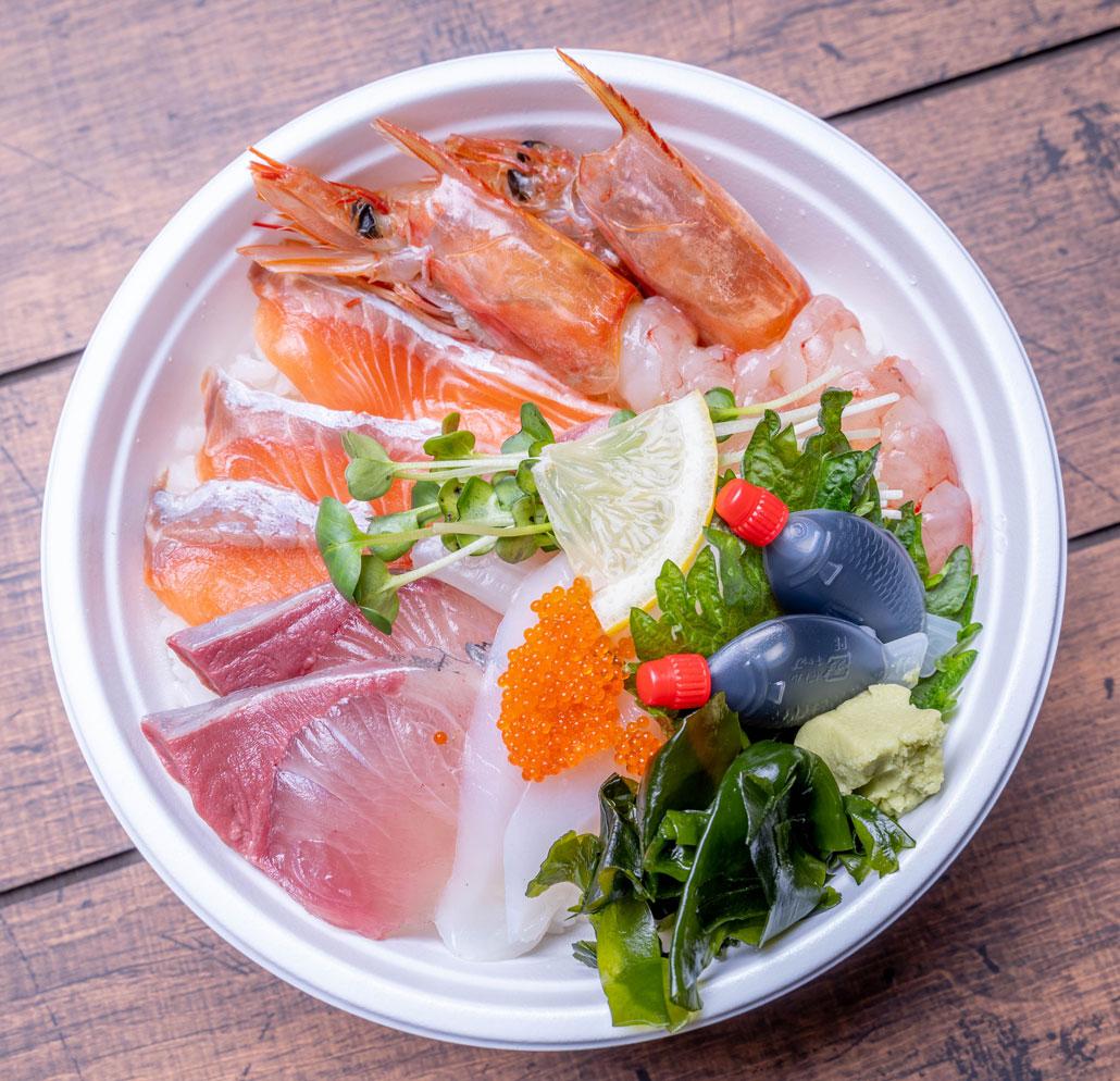 「うおざと」海鮮丼の画像(上から)