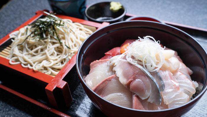 海鮮丼とお蕎麦の画像