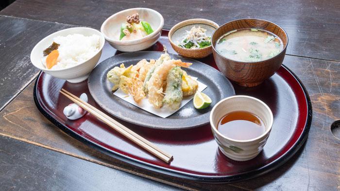 「LovAの天ぷら膳」を斜め上から撮った画像