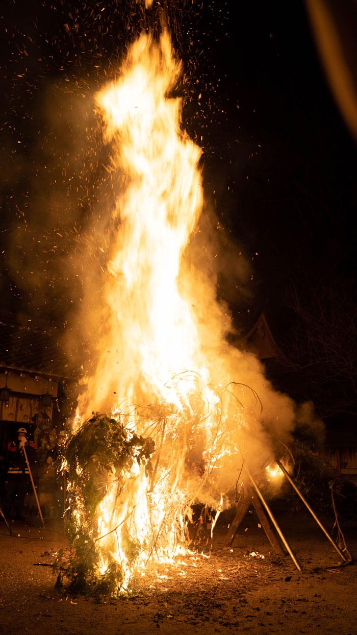 燃え上がる松明の画像
