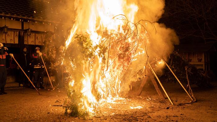 燃える松明の画像