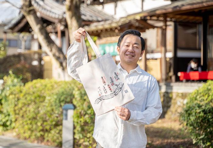 エコバッグを持つ池本会長の画像