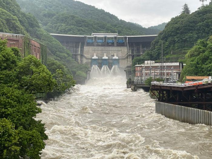 放流しているダムの画像
