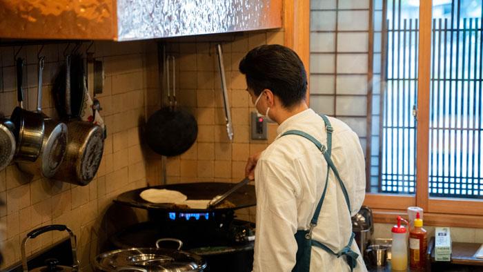 お料理される店主の画像
