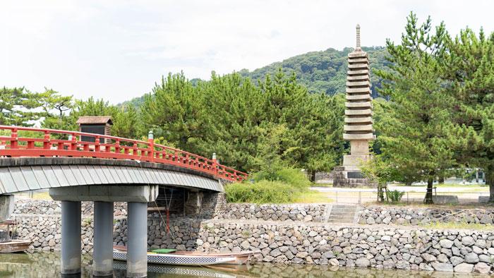 「塔の島」に建っている「十三重石塔」