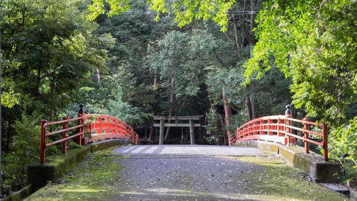 朱色の橋の画像