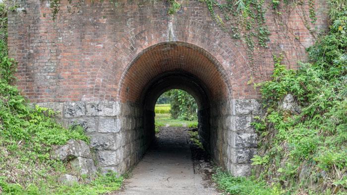 トンネルを振り返って見た画像