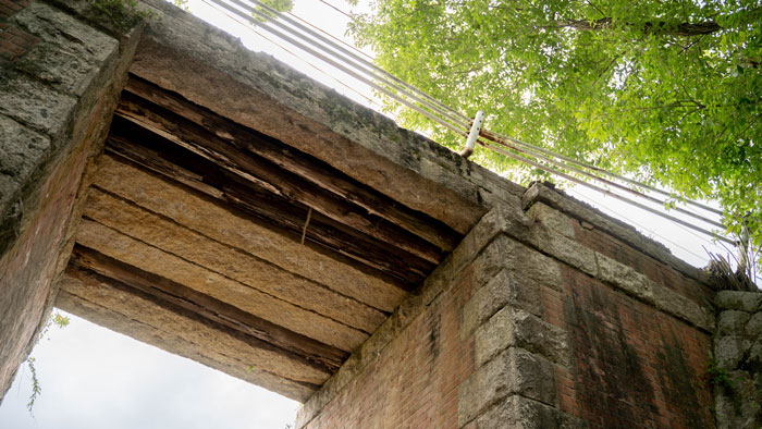 赤橋を見上げた画像