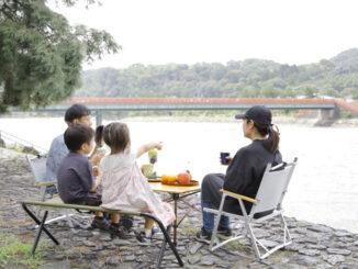 宇治川ピクニックを楽しむ家族の画像